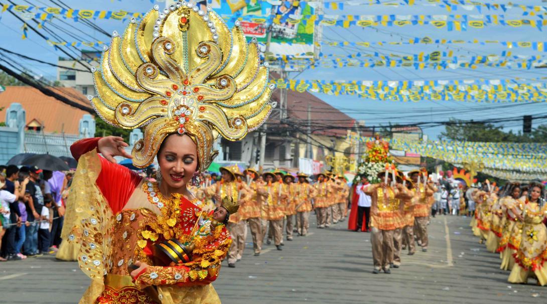Habitantes locales celebrando en el festival Sinulog en Filipinas